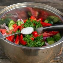 Посыпаем овощи солью