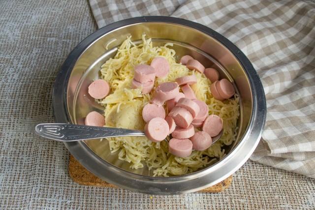 Смешиваем в миске нарезанные сосиски и вермишель