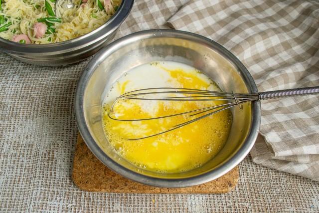 К взбитым яйцам добавляем холодное молоко