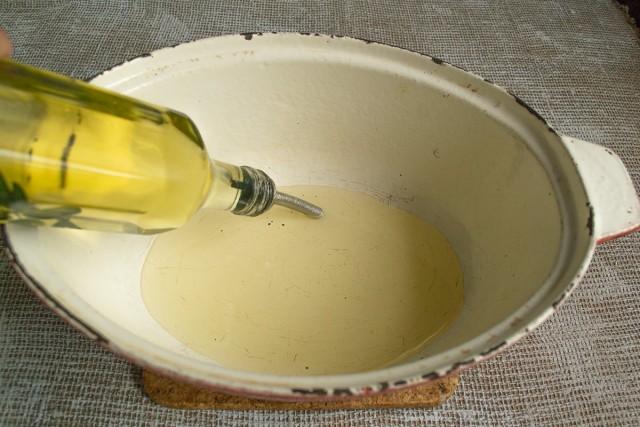 На дно жаровни наливаем оливковое масло, нагреваем на умеренном огне