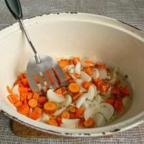 Добавляем лук и морковь в жаровню со специями