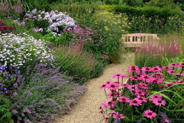 Нельзя экономить на ширине дорожек, если невозможно пользоваться садовой тачкой, или спокойно идти с ведром в руках, то какое же тут удобство?