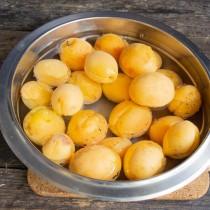 Оставляем абрикосы в кипятке на несколько минут. Перекладываем фрукты в ледяную воду