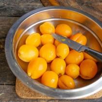 Снимаем кожицу и кладём фрукты в чистую, сухую ёмкость