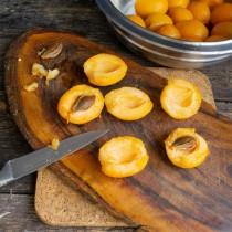 Разрезаем абрикосы пополам, достаём косточки, срезаем уплотнение возле хвостика