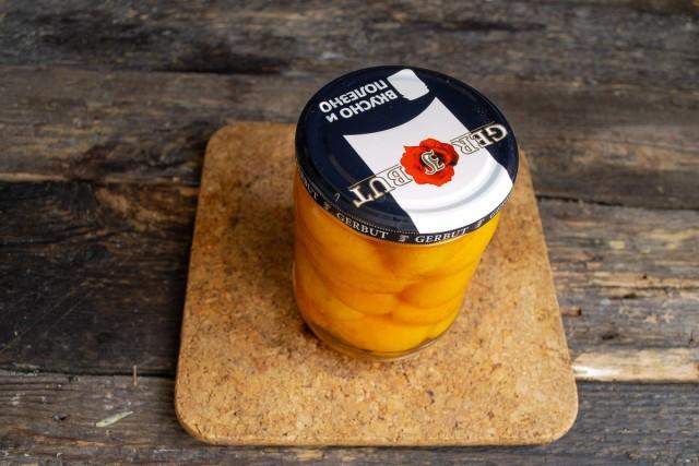 Стерилизуем банку с абрикосами в сиропе. После остывания убираем в сухое, тёмное место