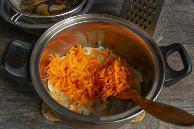 Добавляем морковь, обжариваем овощи 5-7 минут, кладём порезанные кубиками помидоры