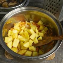 Добавляем нарезанную картошку в кастрюлю