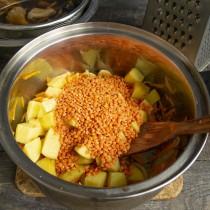 Насыпаем красную чечевицу, добавляем раскрошенный кубик куриного бульона