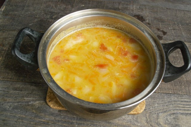 Варим на маленьком огне, как только чечевица станет мягкой, снимаем суп с плиты