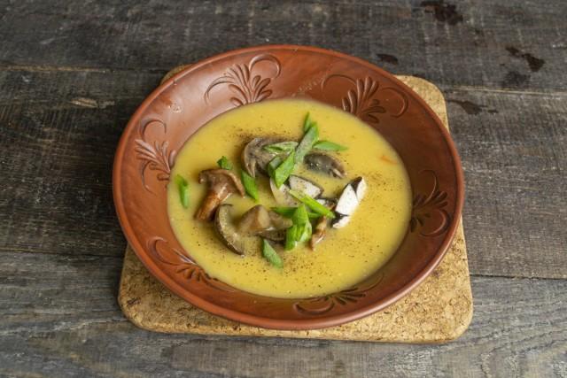 Наливаем грибной крем-суп, перчим, посыпаем зелёным луком