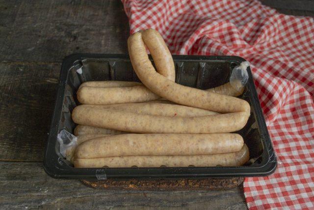 Перевязываем концы кишок у колбасок