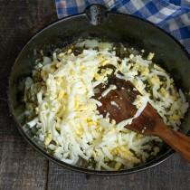 Варёные яйца натираем на крупной тёрке, добавляем к щавелю и луку