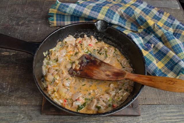 Обжариваем овощи, солим, добавляем специи, наливаем вино, в конце наливаем сливки и доводим до кипения