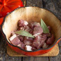 Маринованное мясо кладём в кастрюлю, наливаем воду и доводим до кипения