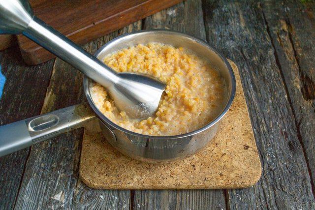 После закипания воды готовим чечевицу 10-15 минут, затем измельчаем