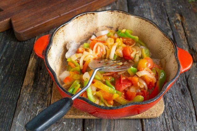 Добавляем обжаренные овощи к мясу