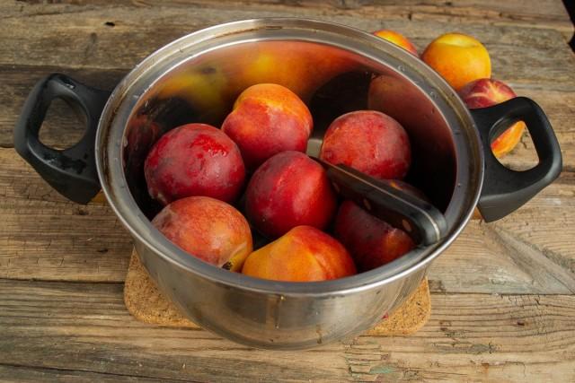 Тщательно моем персики