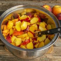 Режем мякоть персиков небольшими ломтиками