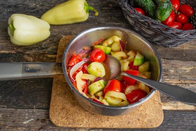 Перемешиваем ингредиенты. Быстро нагреваем овощи под крышкой, после закипания уменьшаем нагрев и прогреваем 3-4 минуты
