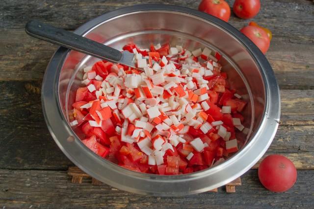 Нарезаем и добавляем крабовые палочки или крабовое мясо