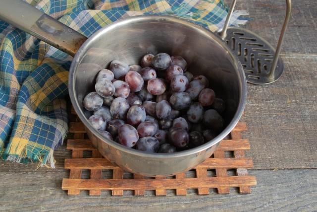 Виноград тщательно промываем проточной водой и кладём в сотейник