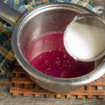 Насыпаем сахарный песок, перемешиваем, доводим до кипения, кипятим 2-3 минуты и отставляем в сторонку
