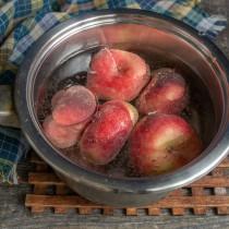 Перебранные фрукты моем, кладём в кастрюлю, заливаем кипящей водой, оставляем на несколько минут