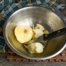 Перекладываем плоды в миску с ледяной водой, снимаем кожицу, разрезаем пополам и достаём косточки