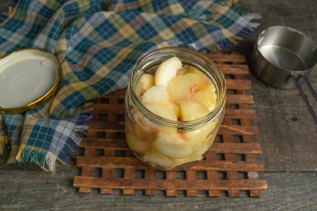 В сухую подготовленную банку укладываем нарезанные персики, заполняем до самого верха