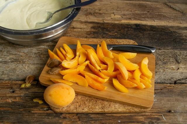 Разрезаем абрикосы пополам, достаём косточки, нарезаем ровными ломтиками