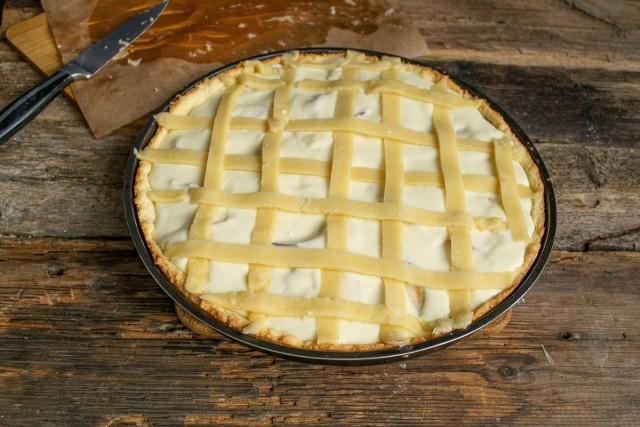 Полоски из теста укладываем на пирог