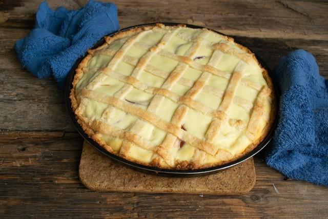 Снова отправляем пирог с абрикосами в духовку, печём 25-30 минут