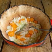 Обжариваем морковь с луком