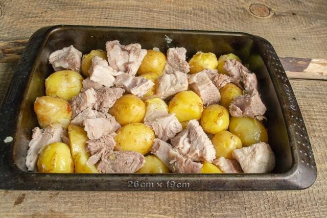 Добавляем варёную свинину к картофелю