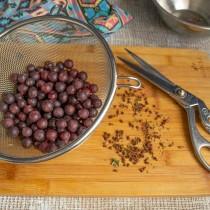 Срезаем хвосты и носики с каждой ягодки. Промываем проточной водой
