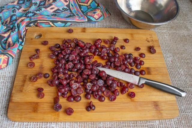 Разрезаем каждую ягодку острым ножом пополам