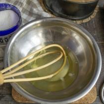 Отдельно взбиваем белки с сахаром, добавляем лимонную кислоту на кончике ножа