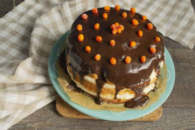 Растапливаем шоколадную глазурь, поливаем бисквитный торт, украшаем