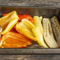 Достаём запеченные овощи, прикрываем противень плотным полотенцем или пленкой