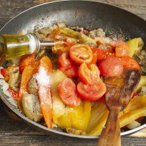 Вливаем оставшееся оливковое масло и приправляем
