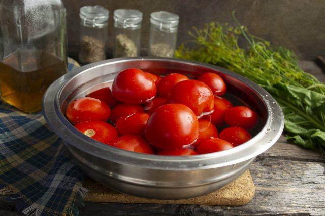 Перебираем томаты