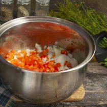 Добавляем нарезанный перец в кастрюлю