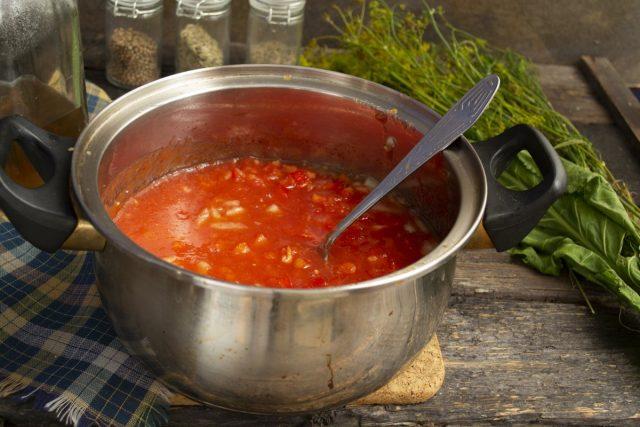 Насыпаем часть сахарного песка и соль, добавляем протёртое томатное пюре и варим