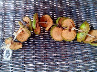Через пять-семь дней сушеные яблоки готовы