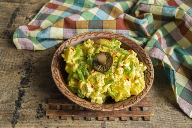 Украшаем картофельный салат маринованными грибами и сразу подаём на стол