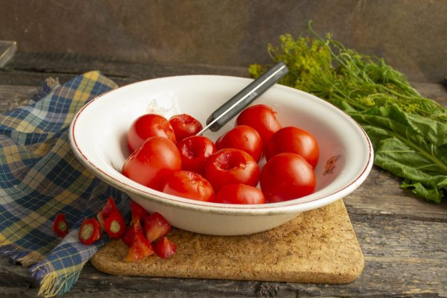 Вырезаем плодоножки у помидоров