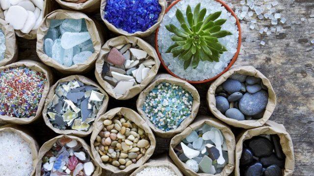 Подсушивающие и влагопоглощающие материалы - песок, галька, керамзит, вермикулит и перлит – подойдут даже для суккулентов