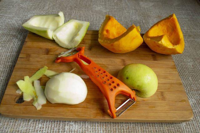 Очищаем яблоки и вырезаем сердцевину