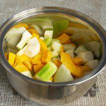 На дно кастрюли наливаем воду, кладём нарезанные фрукты-овощи и ставим на плиту